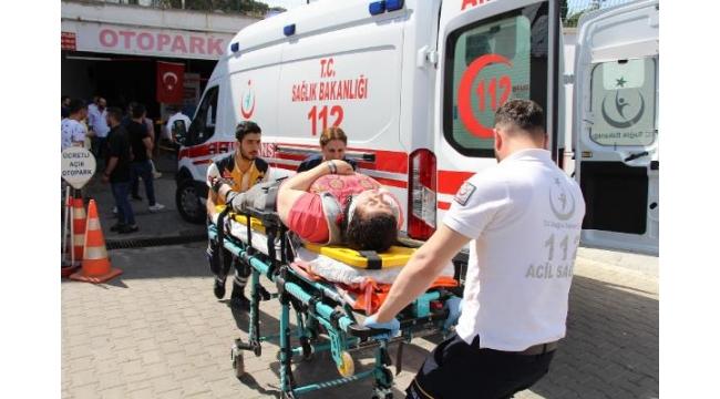 Otomobille duvar arasında kalan kadın yaralandı